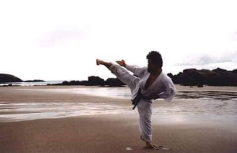 El maestro Kodama haciendo yoko geri